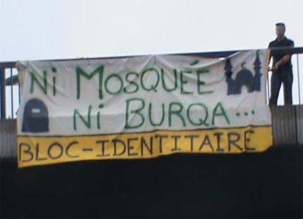banderole déployée sur la rambarde d'un pont enjambant le périphérique de toulouse : ni mosquéee ni burqa... bloc-identitaire