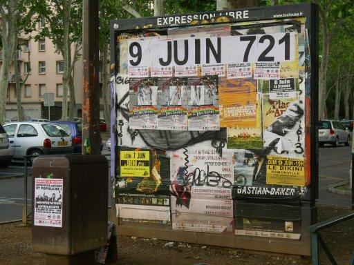 Affichage -9 JUIN 721- en feuilles A4 sur un panneau d'affichage libre de Toulouse - Allées Paul Sabatier