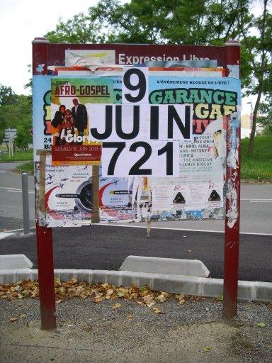 Affichage -9 JUIN 721- en feuilles A4 sur un panneau d'affichage libre de Ramonville Saint Agne - Parking du collège André Malraux