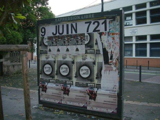 Affichage -9 JUIN 721- en feuilles A4 sur un panneau d'affichage libre de Toulouse - Ecole Falguière