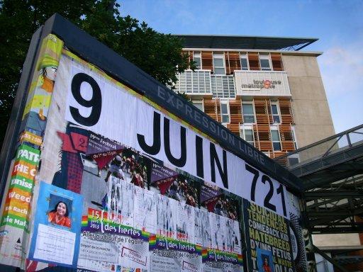 Affichage -9 JUIN 721- en feuilles A4 sur un panneau d'affichage libre de Toulouse - Médiathèque