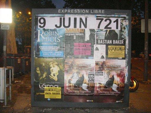 Affichage -9 JUIN 721- en feuilles A4 sur un panneau d'affichage libre de Toulouse - Place Arnaud
