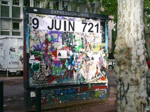 Affichage -9 JUIN 721- en feuilles A4 sur un panneau d'affichage libre de Toulouse - Place Henry Russell (avenue Crampel / rue Branly)