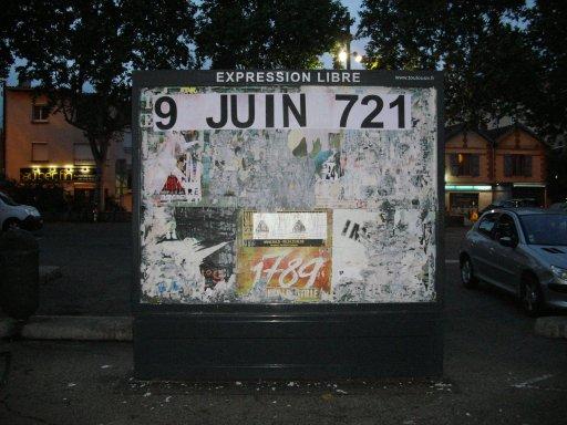 Affichage -9 JUIN 721- en feuilles A4 sur un panneau d'affichage libre de Toulouse - Place de l'Ormeau