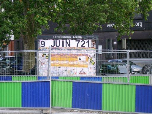 Affichage -9 JUIN 721- en feuilles A4 sur un panneau d'affichage libre de Toulouse - Théatre de la digue, en bout du pont du stadium