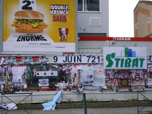 Affichage -9 JUIN 721- en feuilles A4 sur un panneau d'affichage libre de Toulouse - Boulevard des Récollets (angle rue Achille Viadieu)
