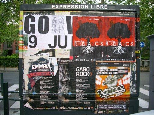 Affichage -9 JUIN 721- en feuilles A4 sur un panneau d'affichage libre de Toulouse - Place Saint Aubin