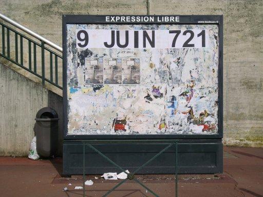 Affichage -9 JUIN 721- en feuilles A4 sur un panneau d'affichage libre de Toulouse - Salle Mermoz, à proximité du stadium