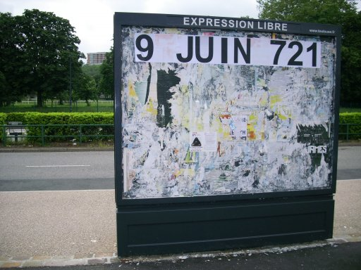 Affichage -9 JUIN 721- en feuilles A4 sur un panneau d'affichage libre de Toulouse - Université Paul Sabatier
